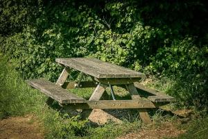 Alte Holzbank-Sitzgruppe