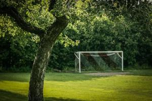 An Fußballfeld vorbei