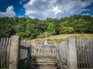 Am kleinen Friedhof vorbei