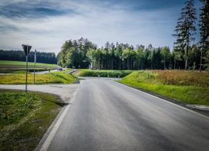 An breiter Landstraße