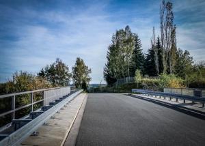 Straße per Brücke überqueren