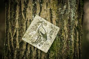 Wegweiser mit Storchen-Symbol