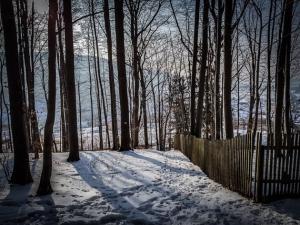 An Zaun entlang bergab
