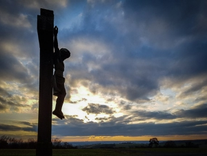 An zweitem Kruzifix vorbei