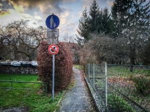Schmaler Weg durch die Gärten