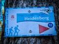 Wegweiser Sagenwanderweg im Heidenberg