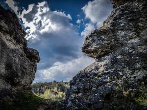 Durch markante Felsen