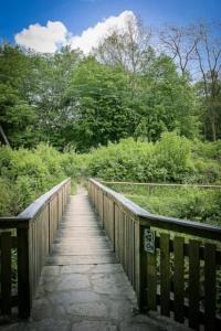 Holzbrücke überqueren