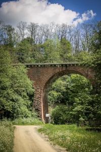 Idyllisch gelegene alte Eisenbahnbrücke