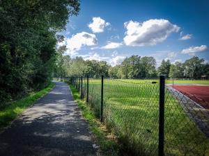 An Sportplätzen entlang