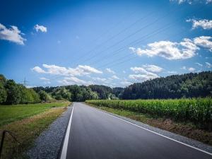 An der schmalen Landstraße entlang