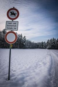 An Forstweg-Schild vorbei