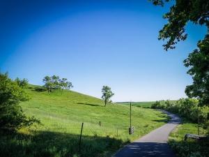 Weg an Hügel entlang